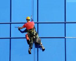 Мойка окон промышленными альпинистами